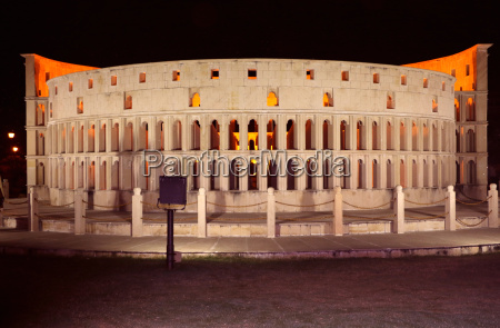 die replik von roms kolosseum im
