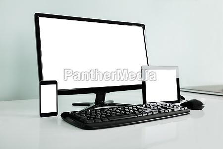 computer desktop mit digital tablette und