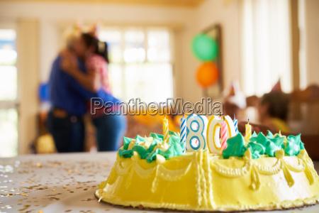 celebration 80 geburtstags party tochterumarmen vaeterchen