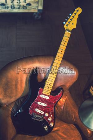 e gitarre lehnt gegen eine couch