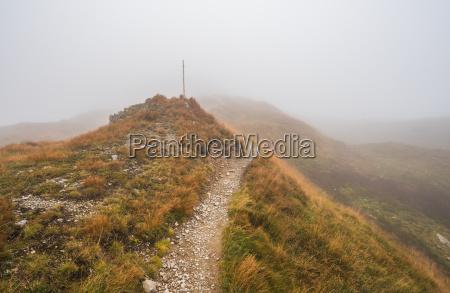 anhoehe huegel berge nebel trampelpfad geleise