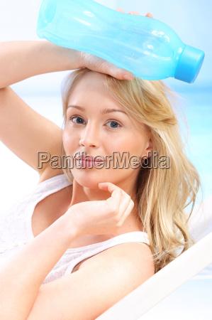 hydratation bei heissem wetter sonnenbaden frau