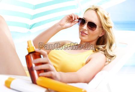 sommerbraeune gesunder urlaub beim sonnenbaden