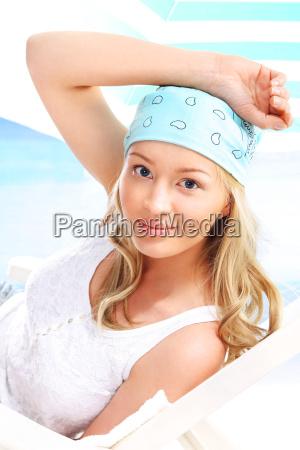 sommer maedchen in den farben blau