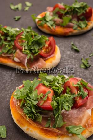 pizza mit rucola tomate und schinken