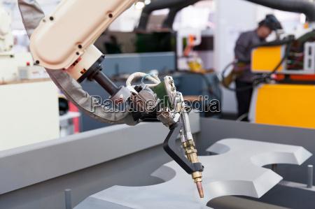 industrielle schweiss roboterarm im fokus verschwommenes