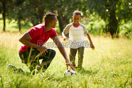 sport ueben mit dem vater unterrichtender