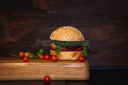 beef burger mit schnitzel und gemuese