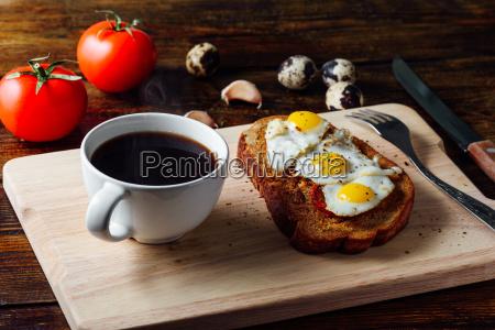 tasse kaffee und bruschetta mit spiegelei
