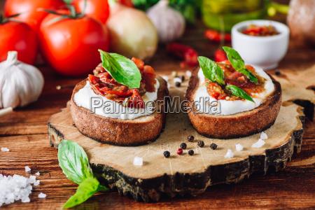 bruschettas mit getrockneten tomaten und wuerziger