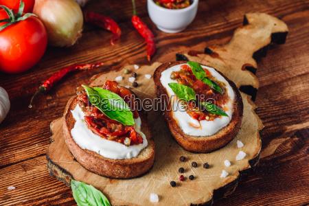zwei bruschettas mit tomaten und pikanter