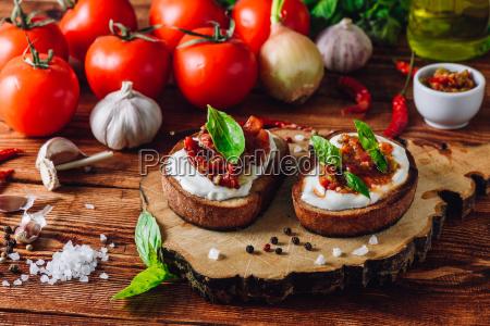 zwei toasts mit getrockneten tomaten und