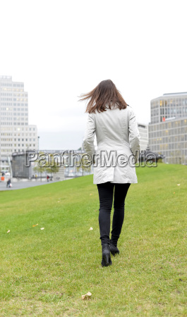 geschaeftsfrau in der stadt rueckansicht