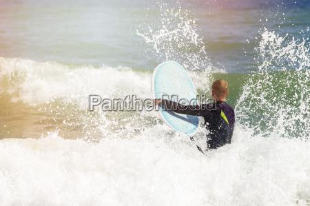 anfaenger surfer mit grossen wellen kaempfen