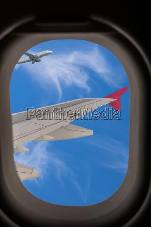 blick durchs flugzeugfenster waehrend des fluges