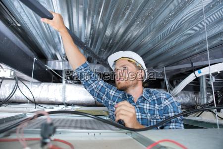 ein handwerker verdrahtung in der decke