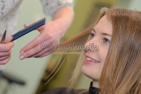 frau haarschnitt im salon