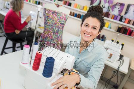 laechelnd modedesigner naehmaschine