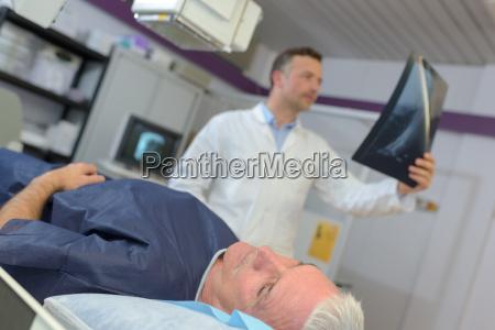 arzt ueberpruefung xray eines aelteren patienten