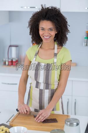 portrait einer schwarzen frau cookingchocolate kuchen