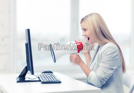 strenge geschaeftsfrau schreien in megaphon