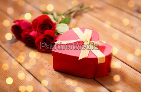 nahaufnahme von herzfoermigen geschenk box und