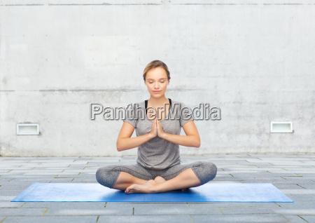 frau macht yoga meditation in lotus