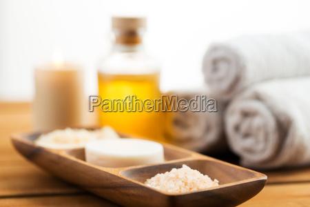 nahaufnahme von seife himalayan salz und