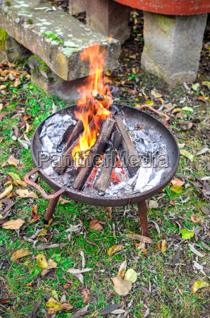 brennendes holz in feuerschale