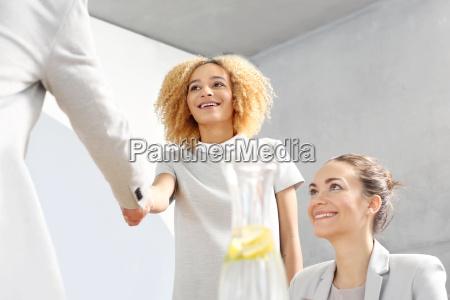 herzliche glueckwuensche geschaeftsfrau einen neuen mitarbeiter