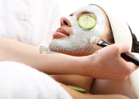 kosmetische feuchtigkeitsmaske auf das gesicht der