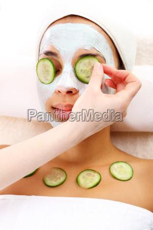 gruene maske eine frau im wellness