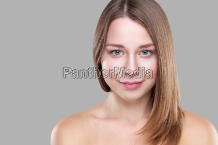 schoene bruenette mit langen glatten haaren