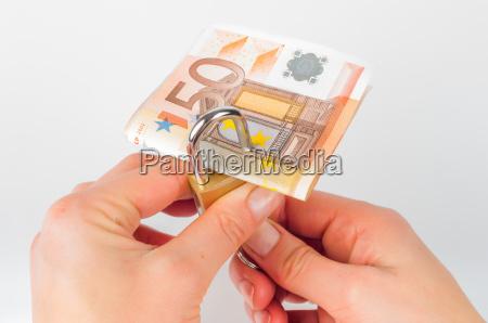 euro bargeld mit schloss auf weissem