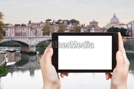 touristen fotografieren tiber in rom stadt