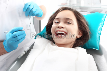 zahnmedizin ein froehliches kind auf einem