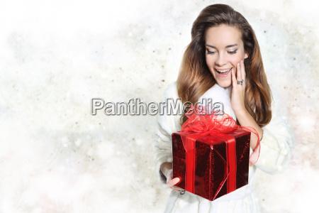 schoene elegante frau mit roten geschenk