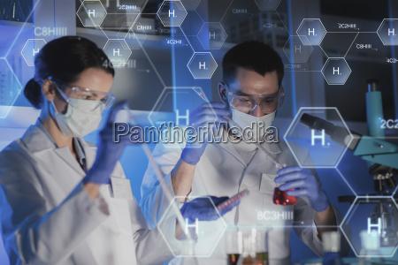 nahaufnahme von wissenschaftlern die test im