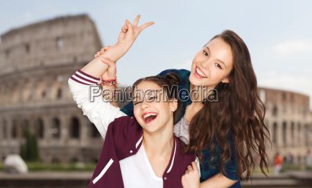 glueckliche jugendliche die frieden ueber kolosseum