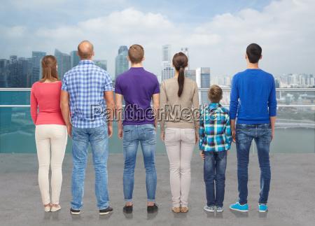 gruppe von menschen von hinten ueber