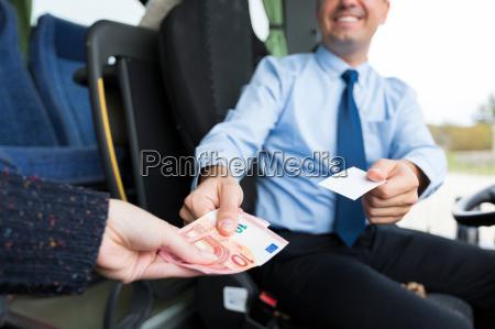 nahaufnahme von busfahrer ticket an fahrgast