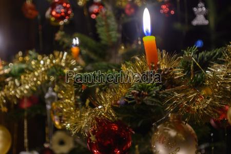 traditionell geschmueckter christbaum nahaufnahme