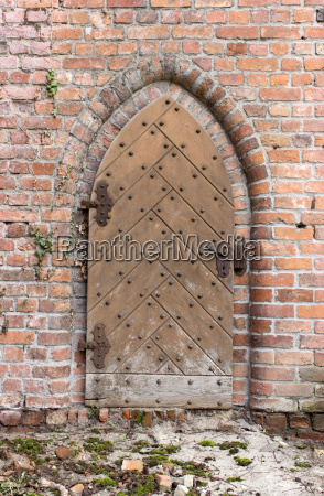 wall with gothic door