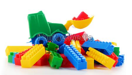 buntes kunststoff spielzeug kinder isoliert auf