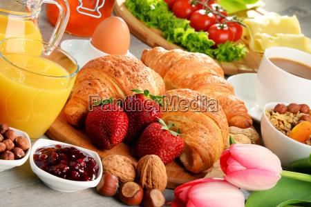 frühstück, mit, croissants, kaffee, obst, orangensaft - 19925344
