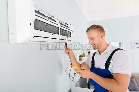 elektriker prueft klimaanlage
