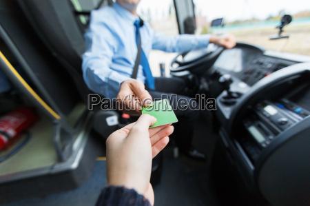 busfahrer der ticket oder karte vom