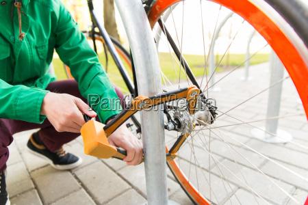 nahaufnahme des menschen befestigung fahrradschloss auf