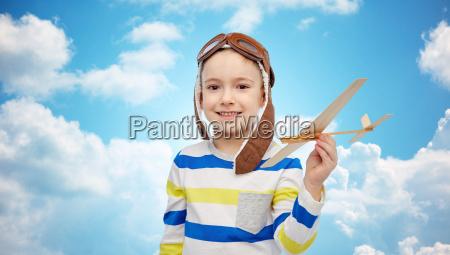 gluecklicher kleiner junge im flieger hut