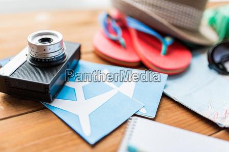 nahaufnahme von kamera karten und reise